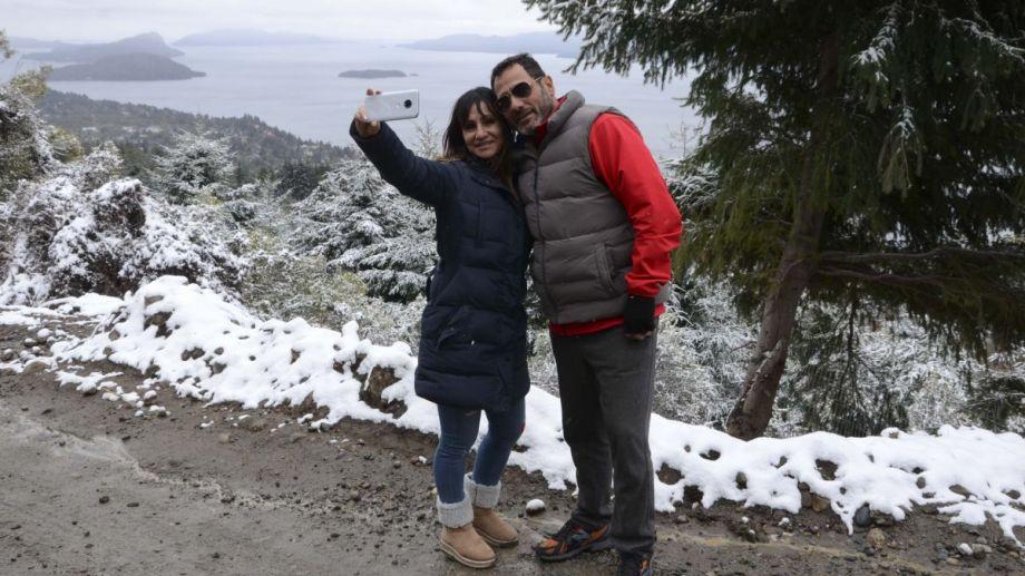 Ayer con la nevada, una pareja se fotografiaba en el camino al cerro Otto. Foto: Alfredo Leiva