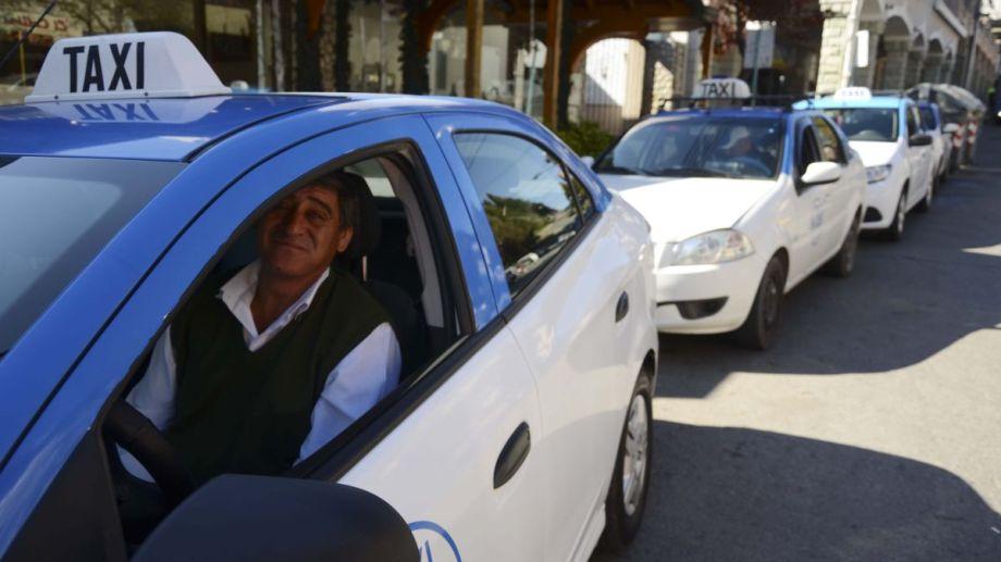 Los taxis y remises compiten en Bariloche por los pasajeros locales ante la falta de turismo. Archivo