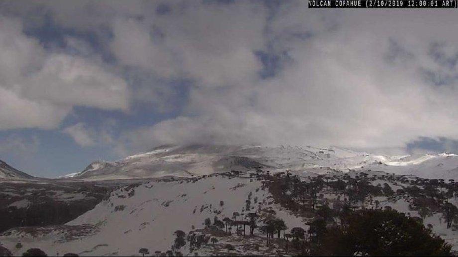 Así estaba esta mañana el volcán Copahue según el registro de las cámaras de la Optic. (Gentileza).-