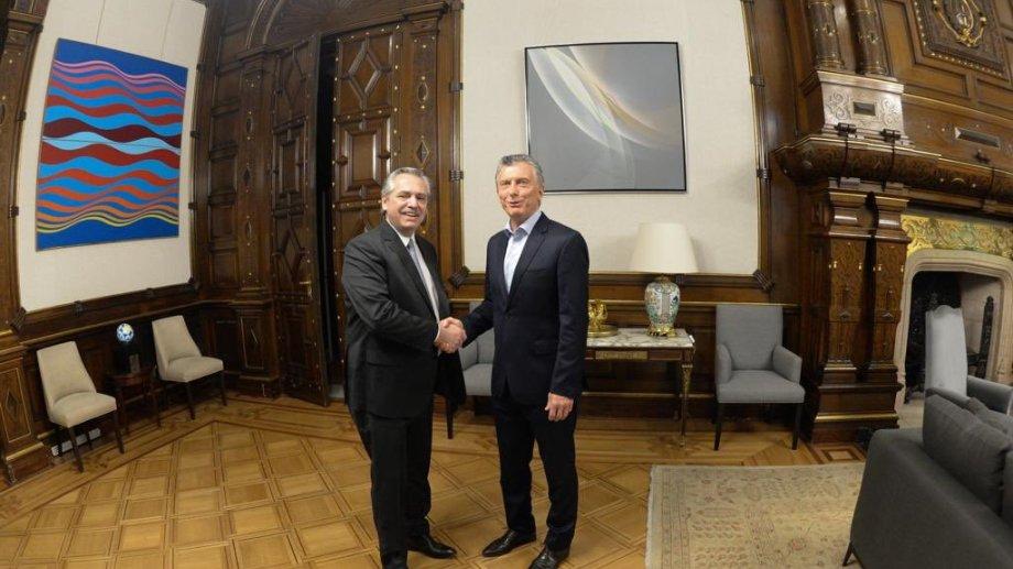 Alberto Fernández y Mauricio Macri, ayer en el despacho presidencial. Una imagen histórica.