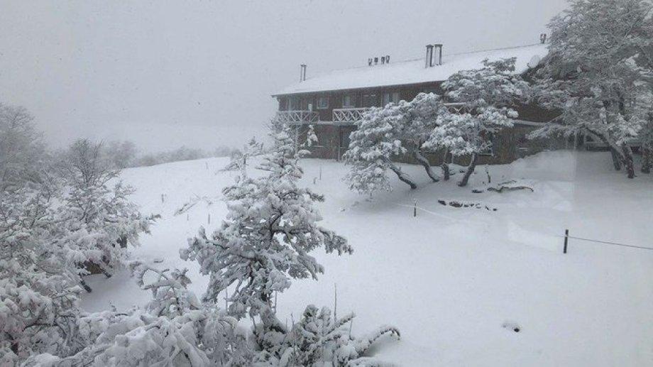 La nieve cubrió parte del cerro Chapelco en San Martín de los Andes. (Gentileza FM Del Lago).-