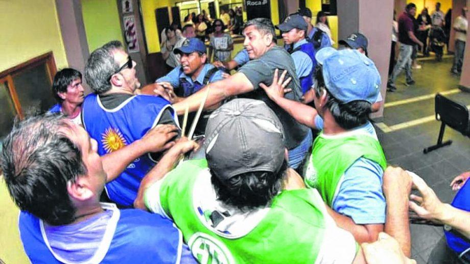 Diciembre del 2016. Aguiar y Báez enfrentando a policías en el hall de ingreso al municipio de Roca.
