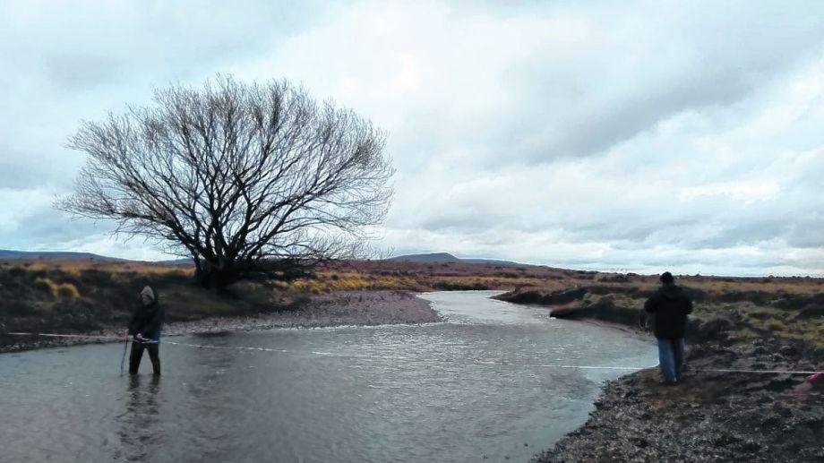 Los estudios incluyeron mediciones de caudales a lo largo de todo el arroyo Maquinchao.
