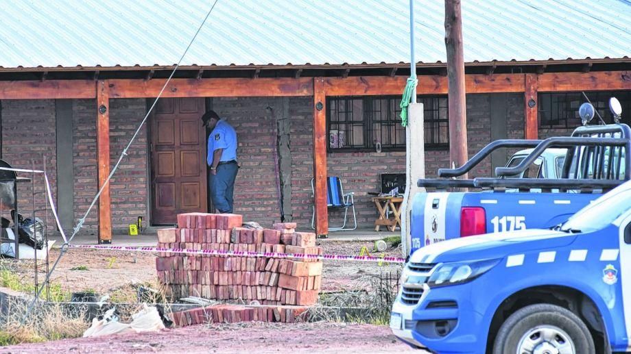 La vivienda del barrio Central de Plaza Huincul donde se habría producido la tragedia.  (Fernando Ranni).-