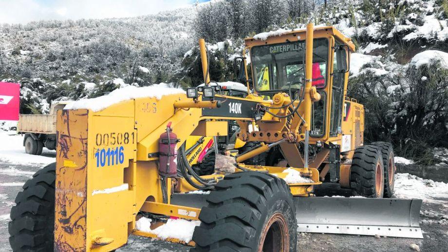 Una motoniveladora de OPS trabaja en el despeje de la nieve durante el invierno.