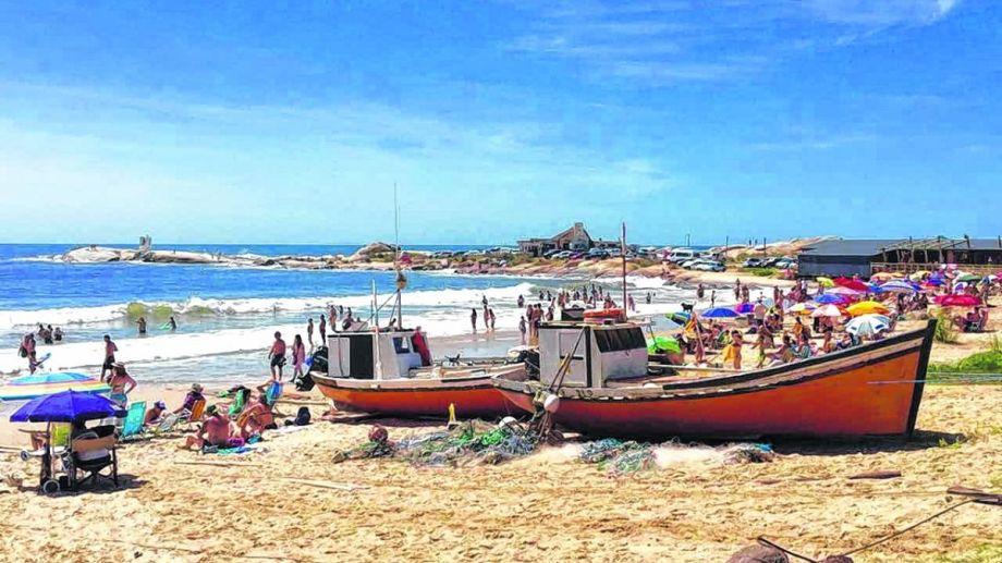 Punta del Diablo es un pequeño pueblo pesquero y un centro turístico costero de la coste este.