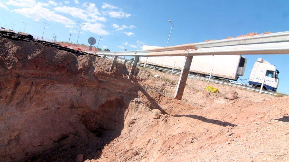 La rotura de un caño cloacal originó el socavón en la Autovía Norte. Foto: Oscar Livera