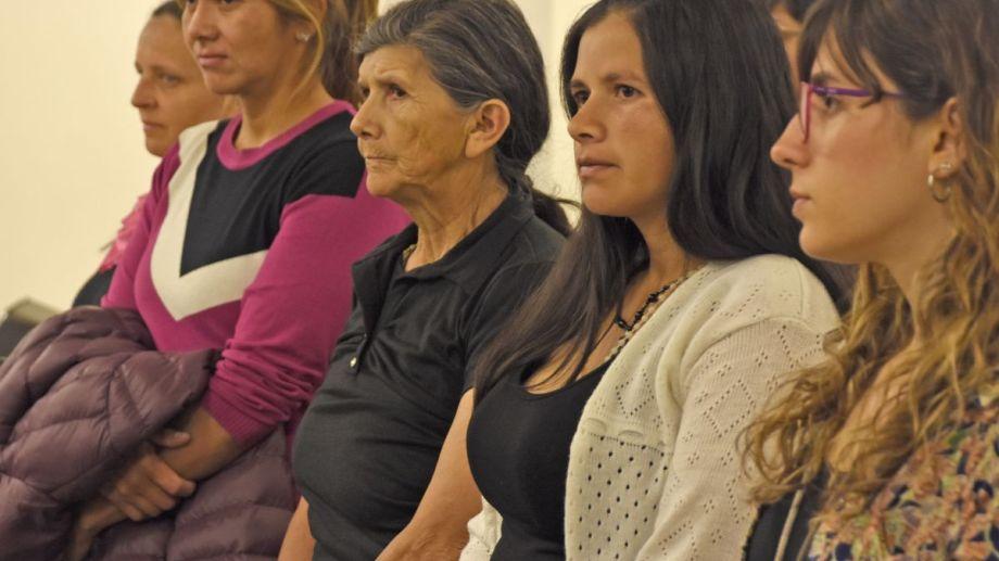 Las hermanas y la madre de Delia asisten todos los días al debate, junto con asistentes que las acompañan. Foto Juan Thomes.