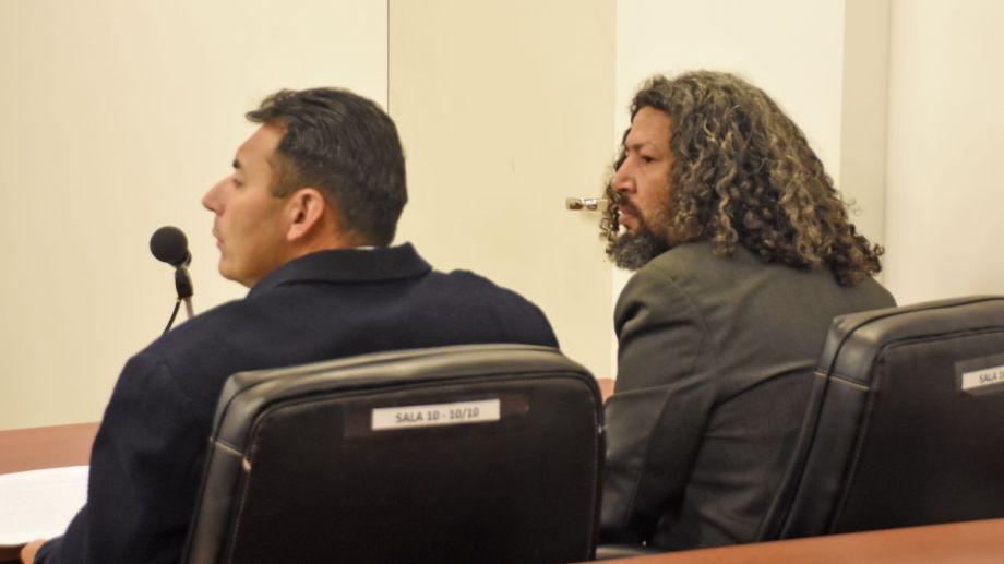 Salas, a la derecha, junto a su abogado Nahuel Urra, en la audiencia de ayer. Cumple una condena a 15 años por homicidio. Foto: Juan Thomes.
