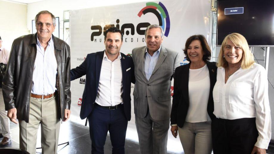 El ex gobernador junto a sus hermanos, su prima Silvia Sapag y Darío Martínez,, los últimos electos senadora y diputado por el Frente de Todos . (Foto: Juan Thomes)
