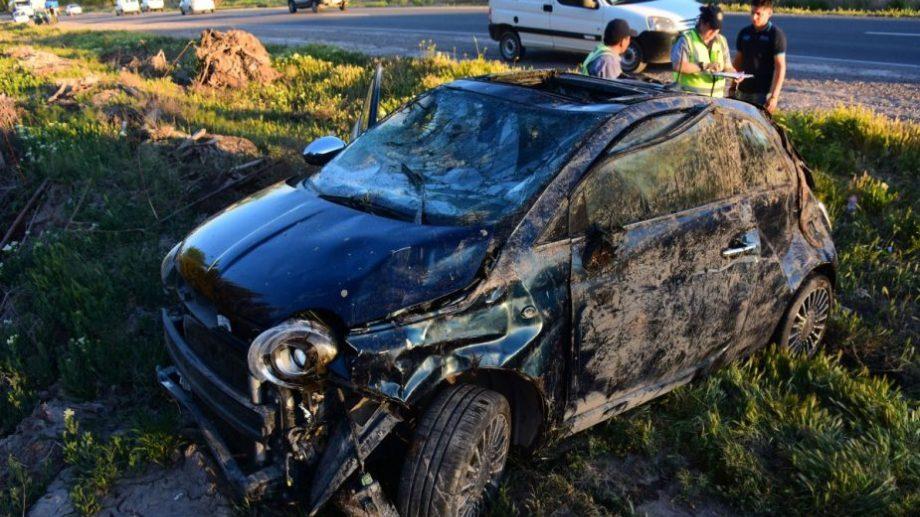 Así quedó el Fiat 500 después del vuelco en el desagüe. - (Foto: Andrés Maripe)