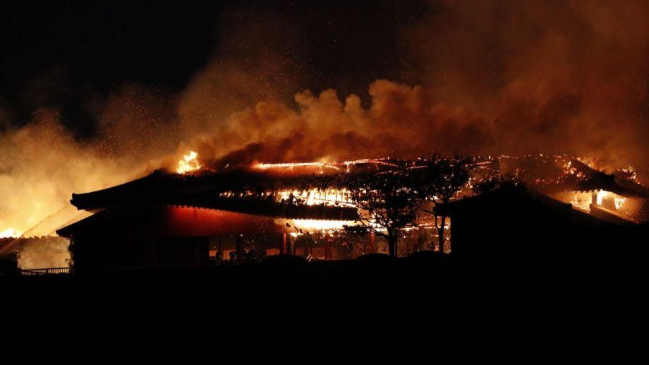 Un incendio destrulló el castillo japonés Shuri de Okinawa. Foto: AP