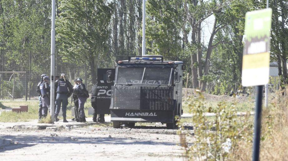 En Boer y Tronador los efectivos policiales con carros blindados custodiaban en terreno.