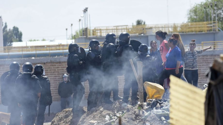 Durante el fin de semana los enfrentamiento entre ocupantes y policía fue constante. Fueron desalojados y ahora reclaman por sus pertenencias.