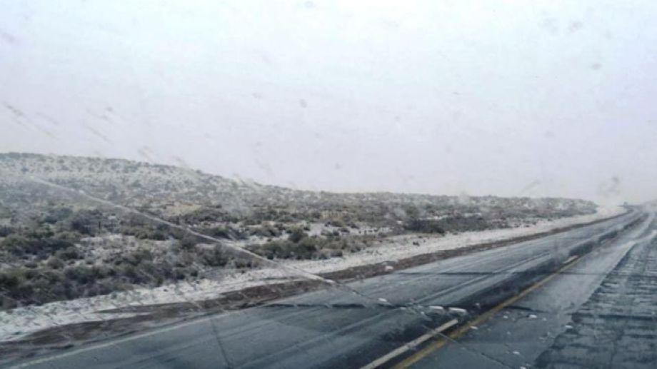 Los conductores que llegaban a Zapala se encontraron con nieve acumulada a los costados de la ruta. Foto: gentileza.-