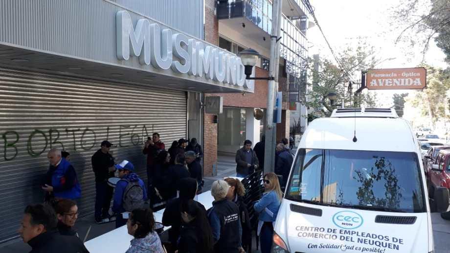 Los trabajadores protestaron frente a una de las sucursales de Musimundo que permanece cerrada.