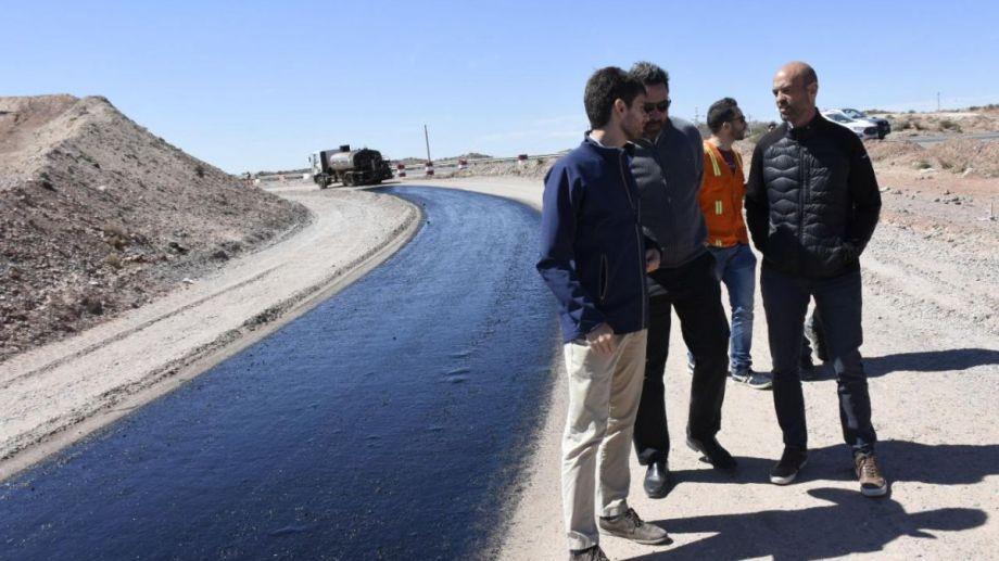 El ministro de Transporte, Guillermo Dietrich, recorrió los rulos del Tercer Puente antes del acto de Macri. (Florencia Salto).-