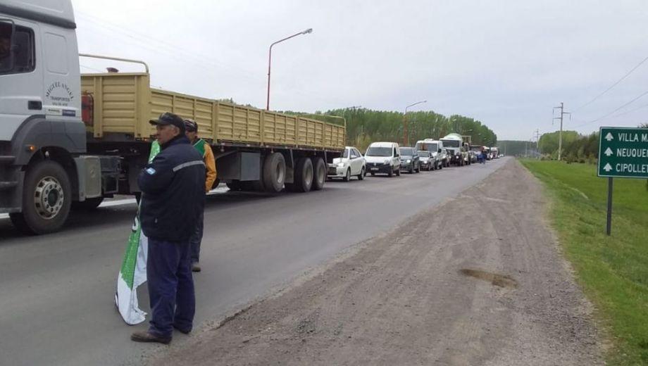 Los trabajadores municipales de Chañar se apostaron a un costado de la ruta 7 para entregar volantes. (Gentileza).-