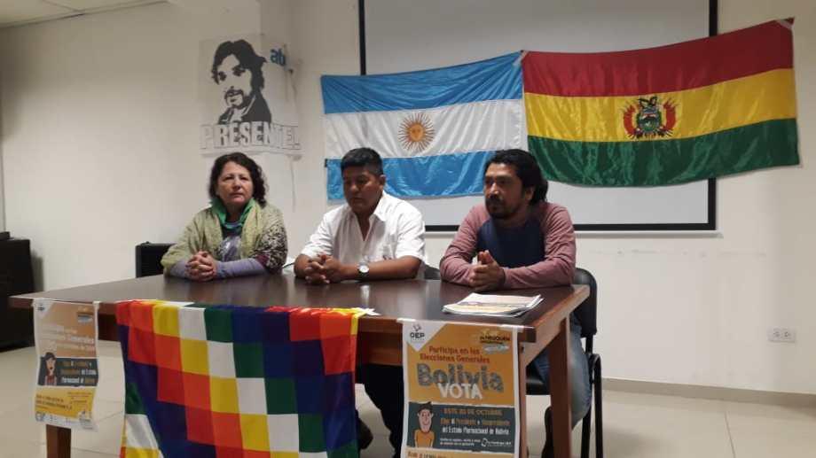 Representantes de la comunidad boliviana dieron una conferencia de prensa en el salón de ATEN Provincia para informar sobre los comicios presidenciales del próximo 20. (Gentileza).
