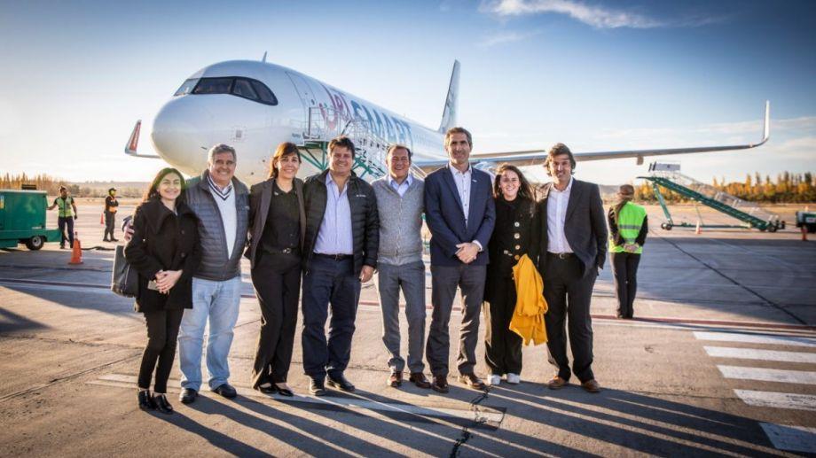 Funcionarios del gobiernoo provincial y representantes de la empresa JetSmart inauguraron el vuelo directo entre Neuquén y Rosario. (Gentileza).
