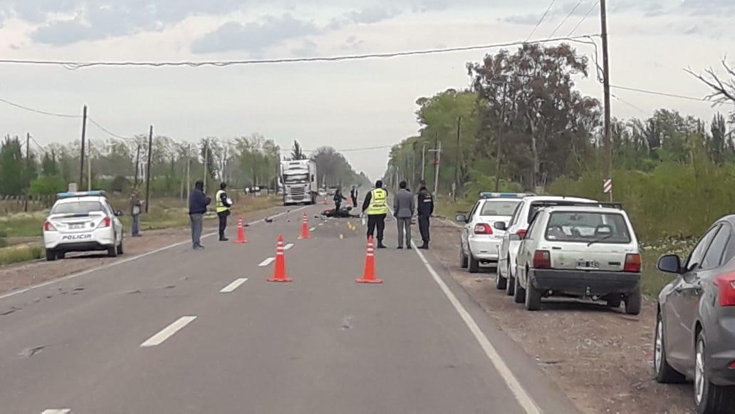 Ruta 22: un motociclista murió al chocar contra un camión en Roca