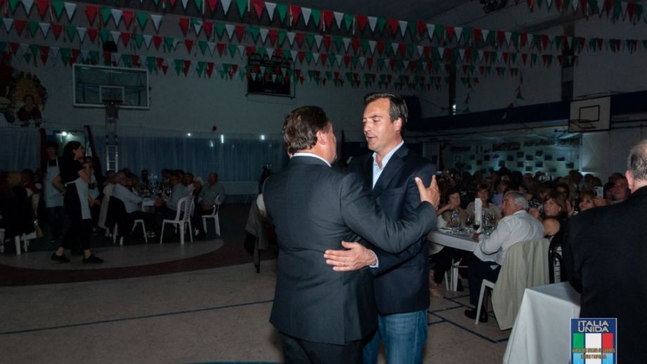 El gobernador y el intendente de Roca, el sábado por la noche en Italia Unida.