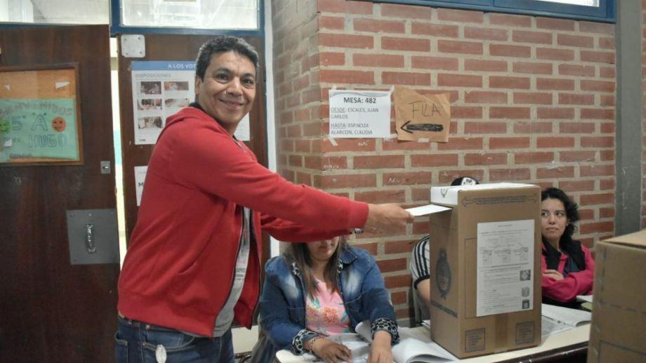 El candidato a diputado votó esta mañana en la Escuela 348 de Neuquén, (Foto: Gentileza.-)