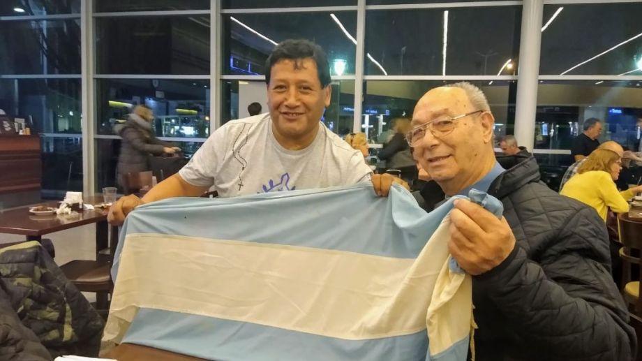La foto con la bandera que adornó a la Virgen durante la procesión en las islas, le sumó sentimientos a los que ya desbordaban. Foto: Gentileza Jorge Palacios.