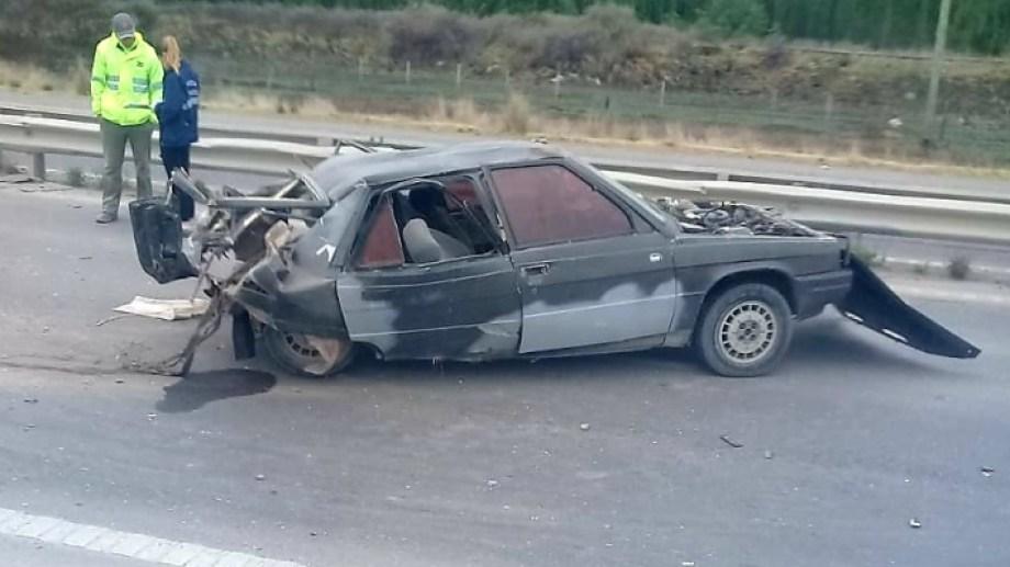 Así quedó el Renault en el que viajaban cuatro personas. - Foto: agencia