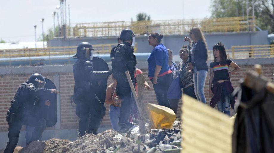 Una vecina de Confluencia discute con la policía durante el violento desalojo de la toma. Foto: Archivo Florencia Salto