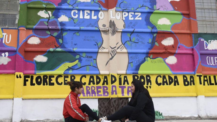 El mural de la EPET N°9: el cuerpo representa un  árbol y en cada rama el nombre de una víctima de femicidio. Foto: Flor Salto.