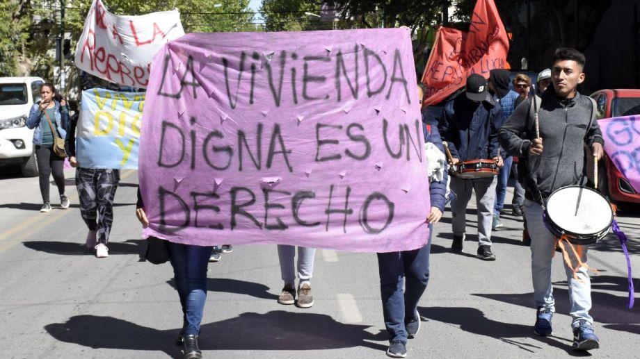 Los desalojados fueron al Municipio y la Casa de Gobierno esta mañana. (Foto: Florencia Salto.-)