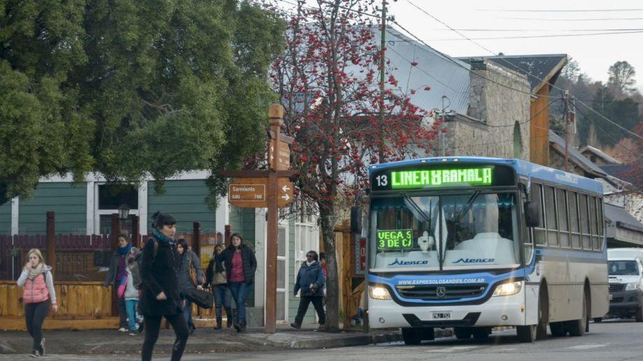 Vecinos critican que por el recorte los colectivos se llenan rápido y  que en muchas  paradas ya no se detienen. Foto: Patricio Rodríguez