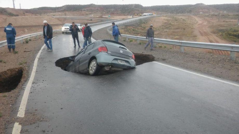 El vehículo prácticamente desapareció adentro del pozo. (Foto: gentileza)