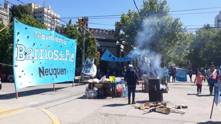Barrios de Pie corta la esquina de Roca y Rioja por la emergencia alimentaria.