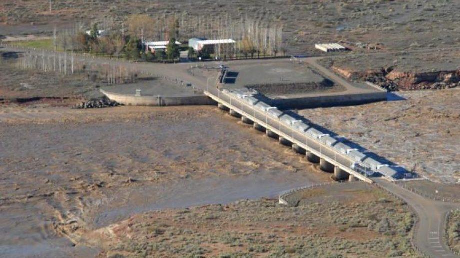 Las aguas bajan marrones por el río Neuquén, en especial por el uso del vertedero.