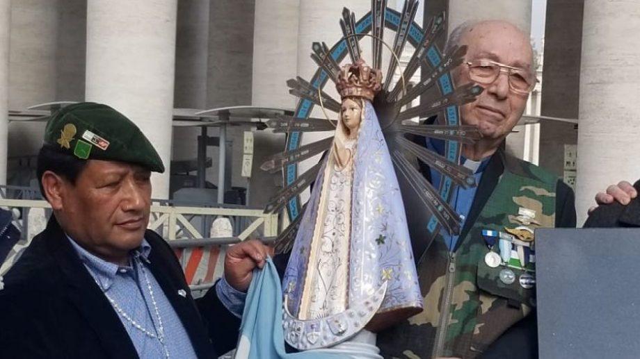 Palacios (izq.) y Martínez Torrens (der.) se reencontraron con la Virgen que veneraron en Malvinas. Foto: Gentileza Jorge Palacios.