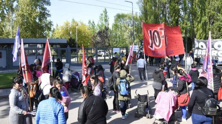 Desde las 9, varios grupos cortaron accesos en empresas petroleras. (Foto: Florencia Salto.-)