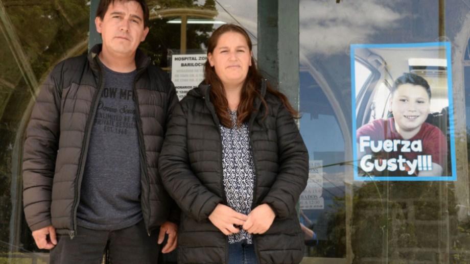Los padres de Gustavo cuando el niño estaba internado en diciembre de 2016 en el hospital Ramón Carrillo de Bariloche. (Archivo)