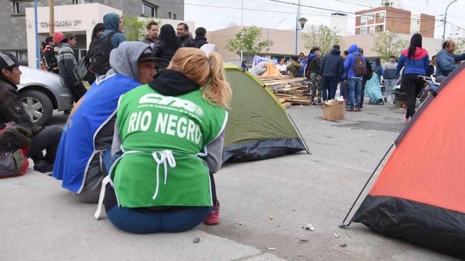 Esta semana militantes de la CTA Río Negro y Odel acamparon frente a la comisaría 3° de Roca, reclamando la liberación de Báez. Foto: Archivo.