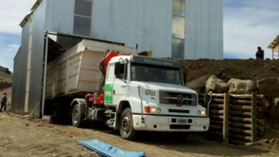 En Balsa Vieja se inició la transferencia de los residuos desde los camiones a las bateas. Foto: Gentileza