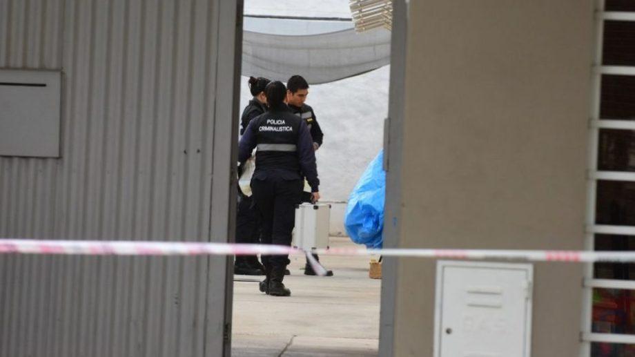La policía trabajó en el lugar, para determinar los motivos del deceso. (Foto: gentileza)
