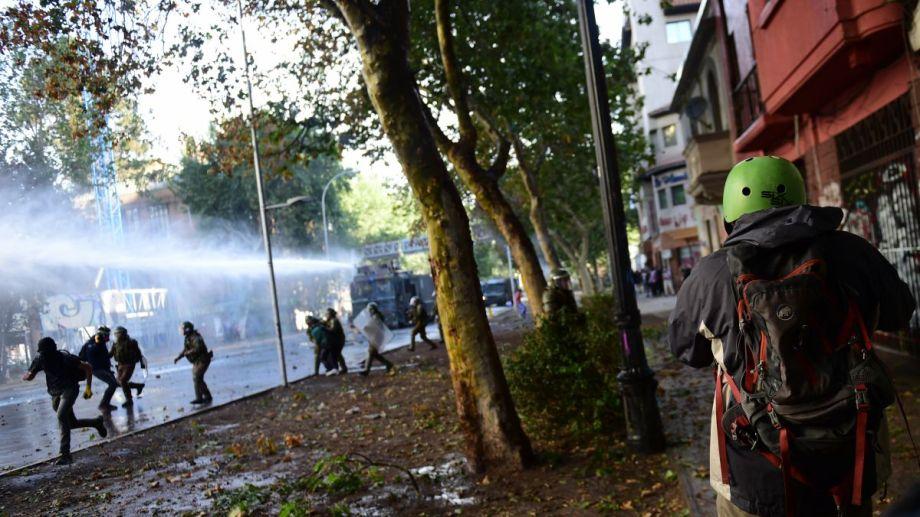 Este viernes se dio una nueva y multitudinaria marcha en Chile, con represión y detenidos. Foto: Télam