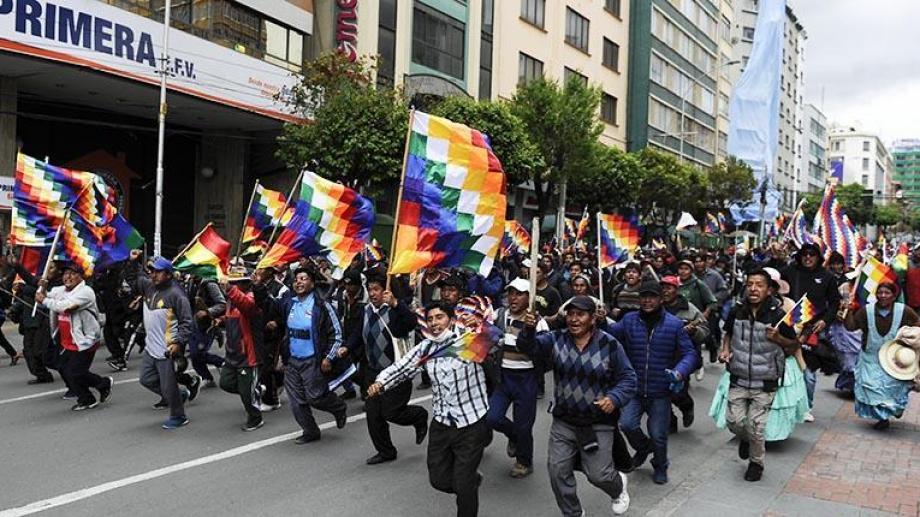 La Whipala es simbolo de estas protestas. Es reconocida como bandera de algunas etnias de la cordillera de los Andes. (Foto: AFP)