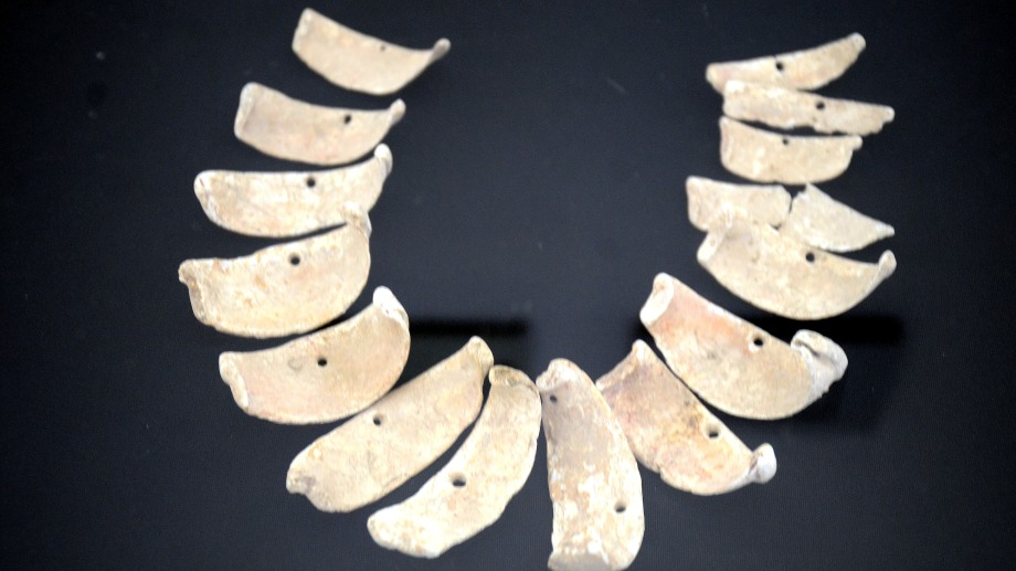 El collar reveló redes de intercambio de larga distancia entre las antiguas poblaciones de Neuquén y la zona del noreste.  (FOTO: Yamil Regules)