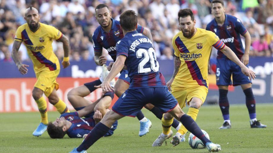 Messi adelantó al Barcelona, aunque después el Levante se sobrepuso y le atestó tres goles. (Foto AP)