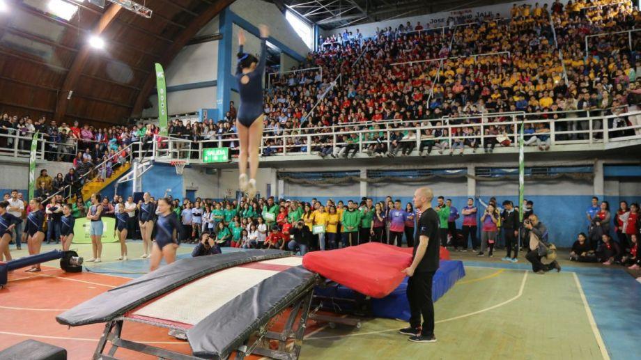 Los chicas y chicas aportaron la energía y el colorido en el acto de apertura de las finales de los Juegos de Río Negro. (Gentileza)