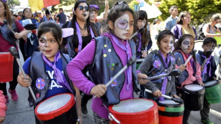 Cientos de chicos marcharon por el centro de Bariloche en el cierre de la Semana de los Derechos de la Niñez. Foto: Alfredo Leiva