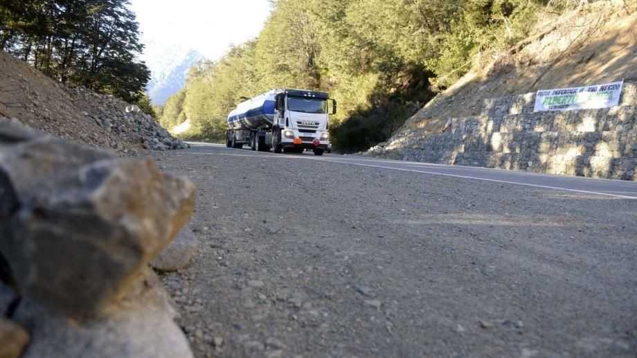 En la ruta 40 entre Bariloche y El Bolsón hay grietas, parches y desniveles. Foto: Alfredo Leiva