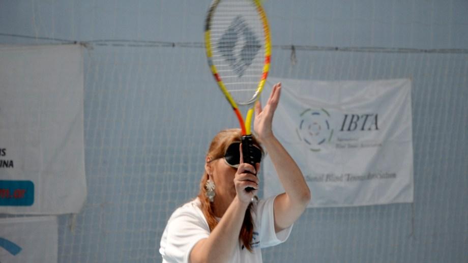 El tenis para ciegos ya cuenta con cien jugadores en todo el país y hoy se realiza un torneo en Bariloche. Foto: Alfredo Leiva